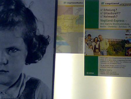 Bild eines Holocaustopfers neben Werbung der Vogtlandbahn